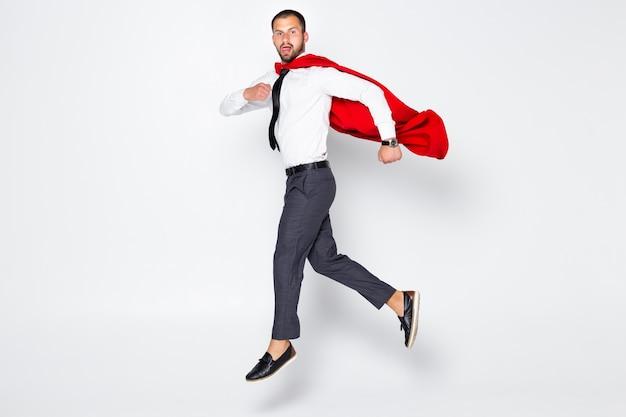 Супермен носить официальную одежду белая рубашка костюм пиджак галстук на изолированном сером фоне