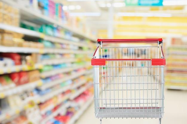 빈 빨간색 장바구니와 슈퍼마켓 통로 흐리게 배경