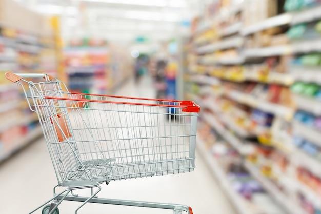 식료품 점 소매 비즈니스 개념에서 빈 장바구니와 슈퍼마켓 통로