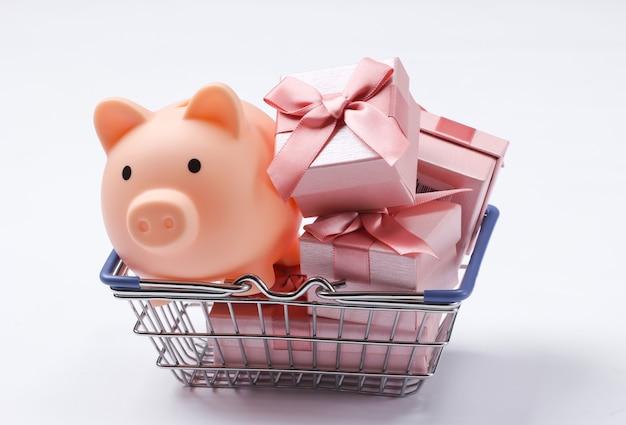 貯金箱付きのスーパーマーケットのバスケット、白のギフトボックス