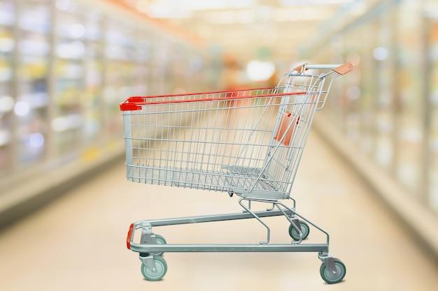 슈퍼마켓 빈 빨간색 장바구니와 배경 흐림