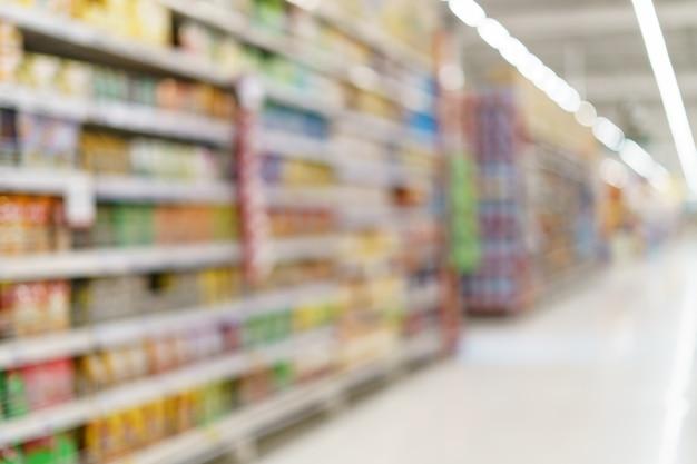 슈퍼마켓 배경 식료품 선반에 과일 주스를 흐리게.