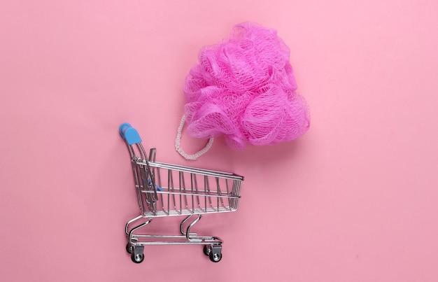 ピンクのパステルカラーのバススポンジ付きスーパーマーケットトロリー
