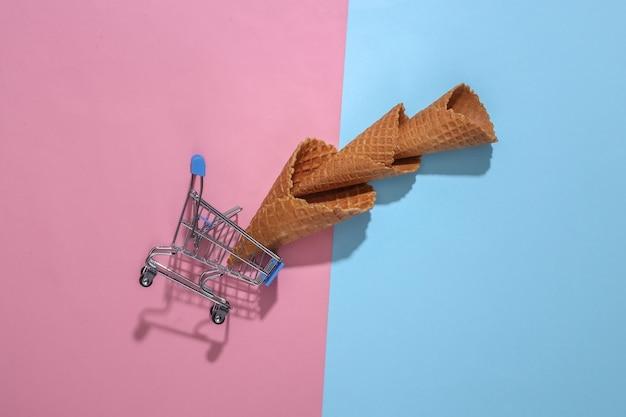 アイスクリームワッフルコーンとスーパーマーケットのトロリー