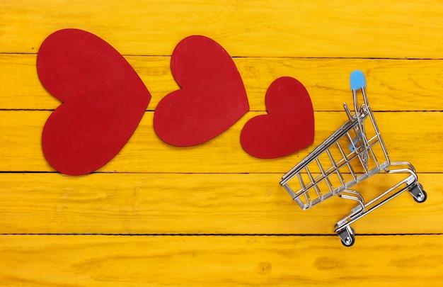黄色の木に赤いハートのスーパーマーケットのトロリー