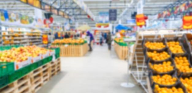 スーパーマーケットの野菜や果物の背景がぼやけています。食物。