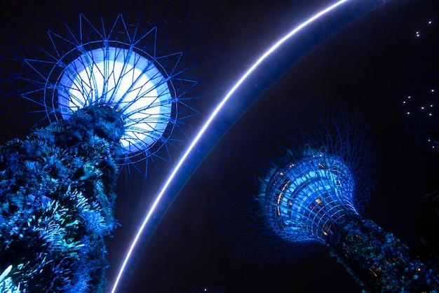 Сад supertree в ночное время в саду у залива, сингапур
