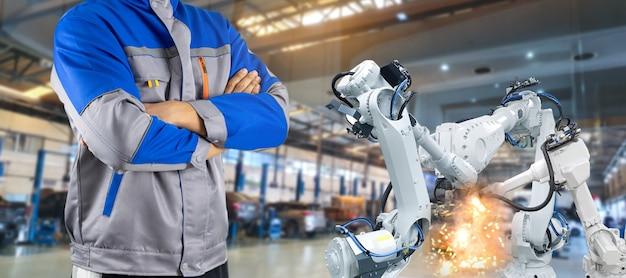 부품 제조 공장의 로봇 팔 산업 감독 프리미엄 사진