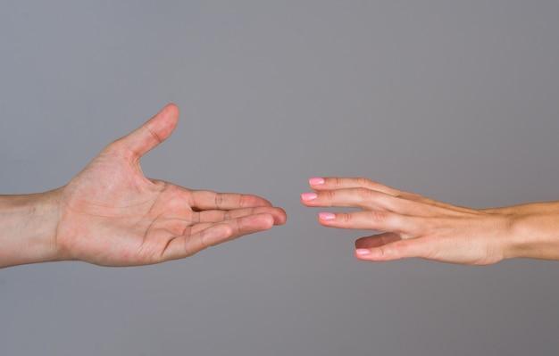 Поддержите концепцию руки помощи, протянув руки двумя руками, заботитесь и поддерживайте концепцию спасения