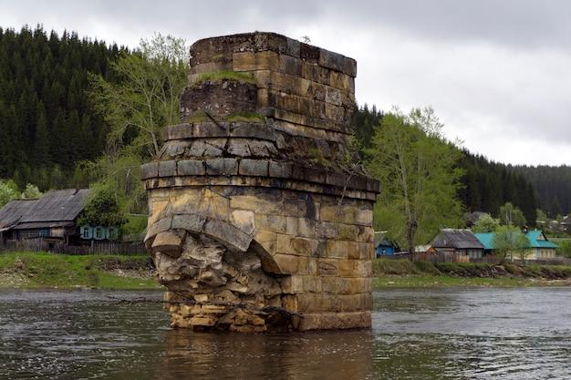 Опора древнего речного моста, разрушенного ледоколом через реку в деревне