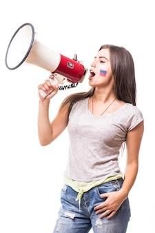 Sostieni la russia. urla sul megafono tifoso di calcio donna russa nel gioco a sostegno della squadra nazionale russa su priorità bassa bianca. concetto di tifosi di calcio.