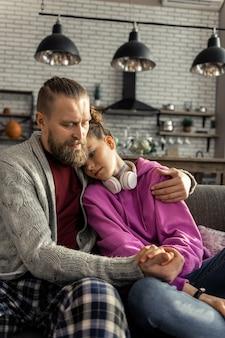 서로를 지원합니다. 사랑스러운 아버지와 딸이 서로를 지원하면서 악수