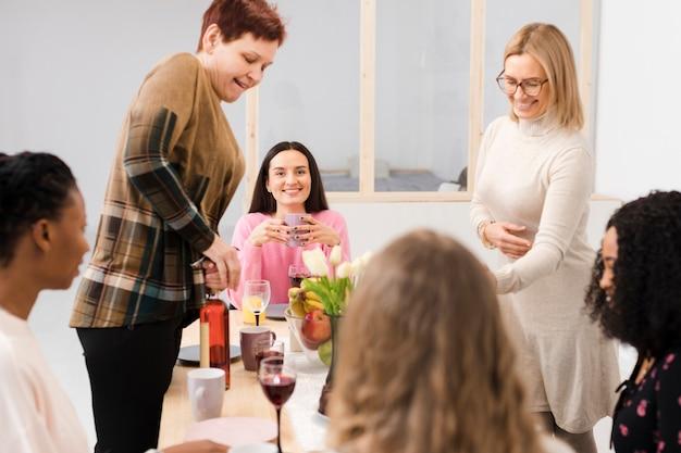 テーブルで一緒に過ごす女性をサポート