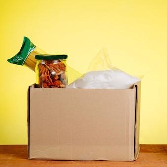가난한 사람들을위한 주택 지원 또는 음식 기부. 정사각형 이미지