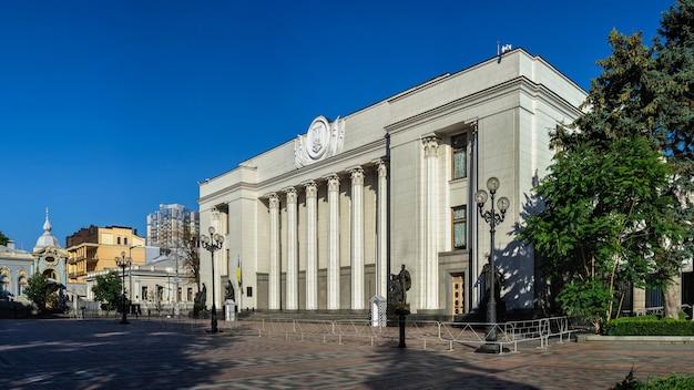晴れた夏の朝、ウクライナのキエフにあるウクライナ最高評議会またはヴェルホーヴナラーダ