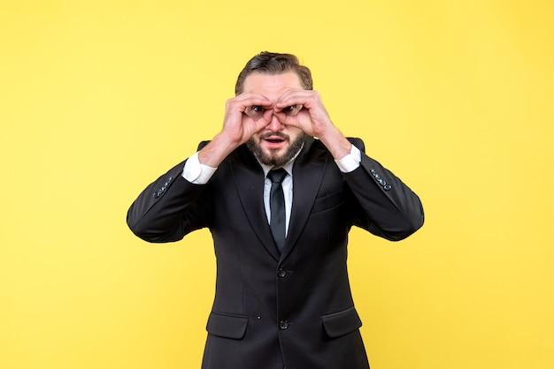 Giovane adulto sorpreso che fa il gesto degli occhiali