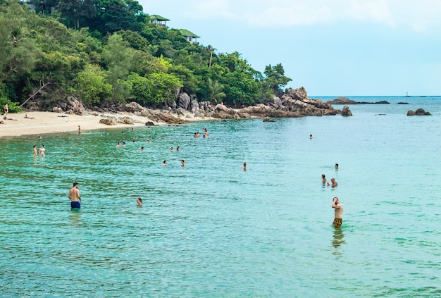 タイのスラーターニー(surat thani)のコ・ラハム(koh raham)の海で日光浴や泳ぎをする観光客。 2018年3月31日。