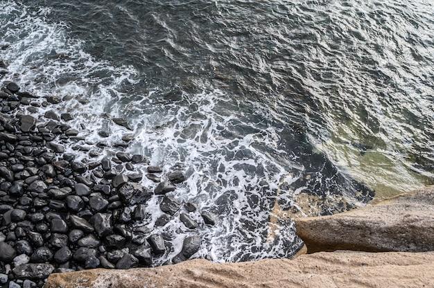 Прибой атлантического океана и скалистых берегов острова. тенерифе, канарские острова, испания