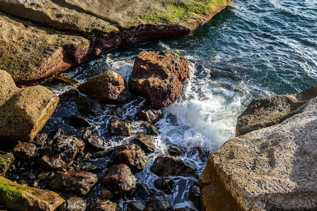 大西洋の波と島の岩だらけの海岸。テネリフェ島、カナリア諸島、スペイン