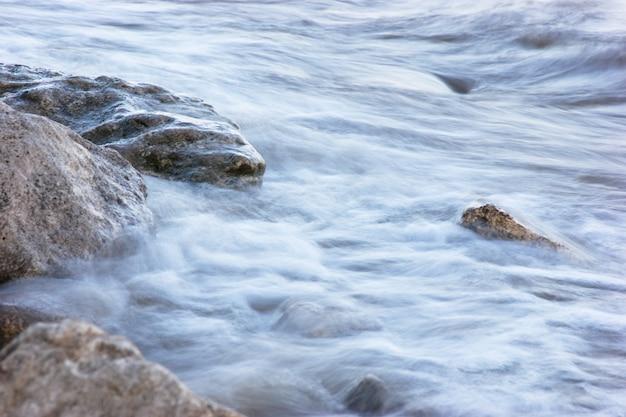 夕方には岩だらけの海岸でサーフィン