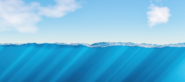Вид с поверхности и под водой на море с каустиками и облаками на заднем плане