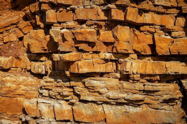 茶色がかった赤みがかった岩の表面、背景、質感。