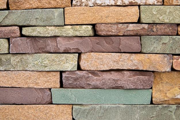 Поверхность из разноцветных горизонтально уложенных камней stone texture