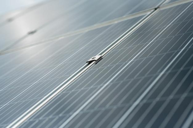 表面。新鮮な空気の中にある、互いに結合されたセクションで構成される特別なデバイスの灰色の大きく滑らかな表面