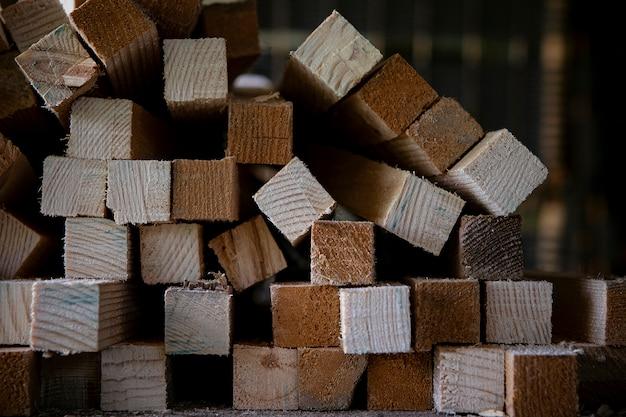 재택 작업장에서 절단 나무의 표면