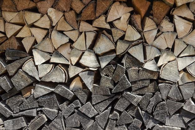 ウッドパイルに置かれた乾燥した刻んだ薪の表面