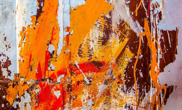 녹슨 철 backgrond의 표면입니다. 노란색, 주황색 및 빨간색 페인트로 오래 된 페인트 칠 된 다채로운 질감입니다.