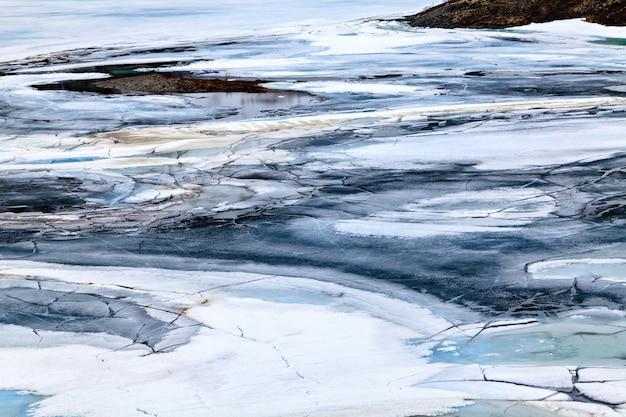 ノルウェー湖の透明な亀裂氷の表面