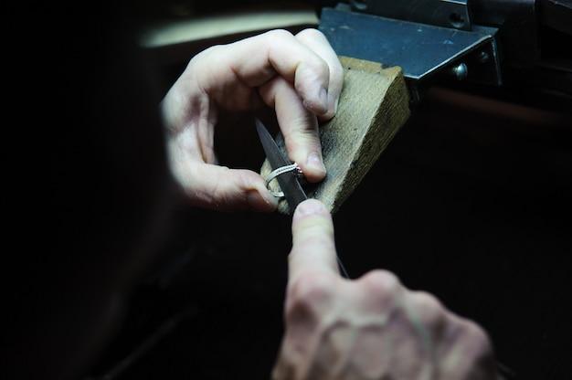 Обработка поверхности ювелирных колец в процессе изготовления