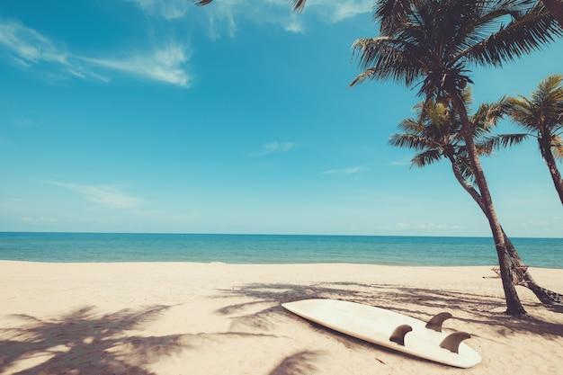 여름에 열 대 해변에서 서핑 보드