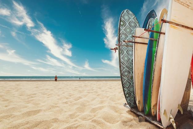夏の熱帯のビーチでサーフボード