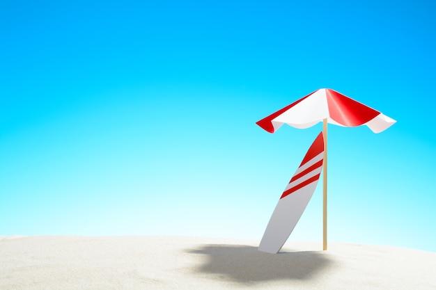 모래 해변에 우산 아래 서핑 보드, 하늘 복사 공간