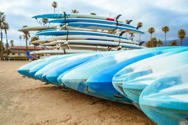 米国カリフォルニア州サンタバーバラのビーチのビーチでサーフボード