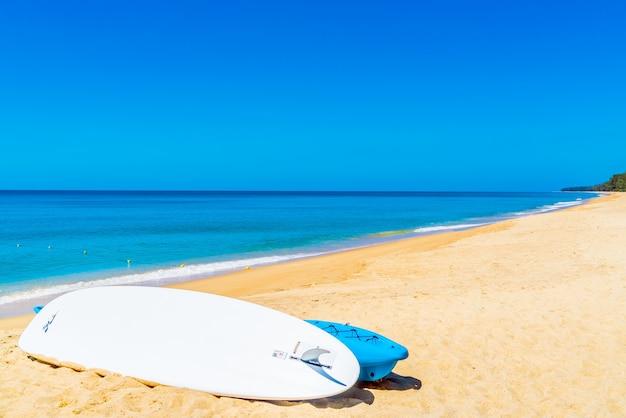 모래에 서핑 보드