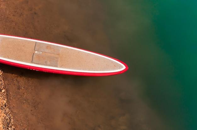 水の上のサーフボード