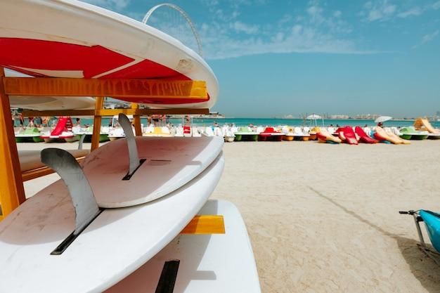 ビーチのラックに積み上げられたサーフボード