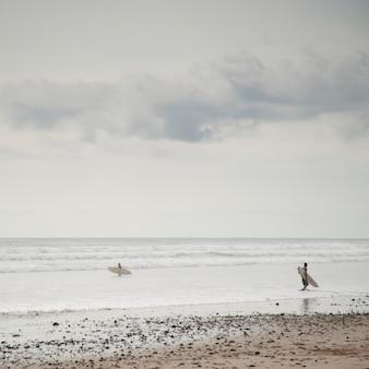 Surfer вдоль морского побережья в коста-рике