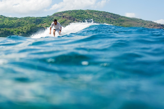 Surfista su un'onda blu.