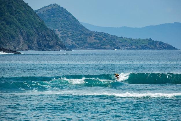 青い波のサーファー。