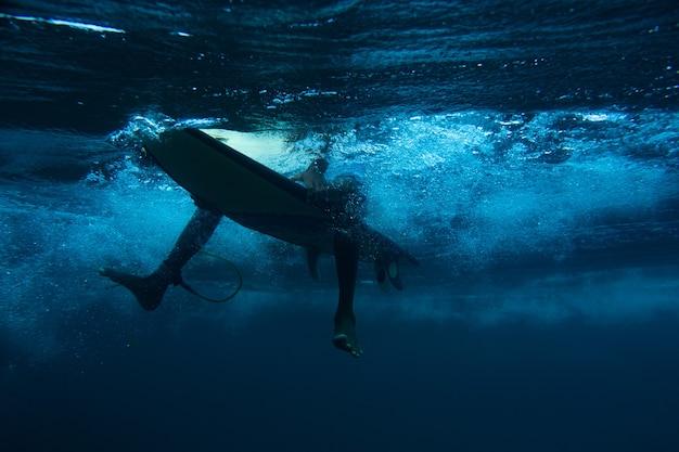 Серфер на голубой волне. Бесплатные Фотографии