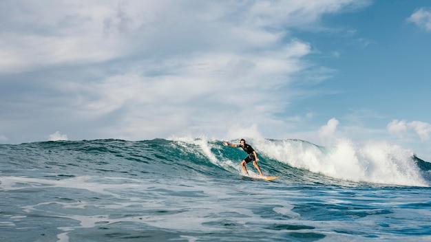 日光の下で波に乗るサーファー