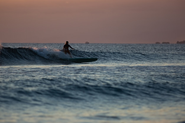 Surfista sull'onda