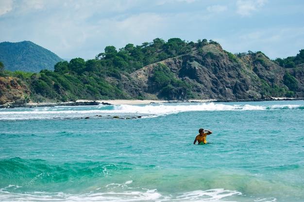 I surfisti vanno in spiaggia.