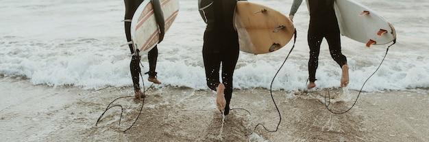 海に向かって走るサーファー