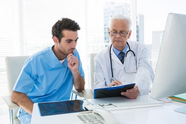 Хирург и доктор обсуждают через буфер обмена
