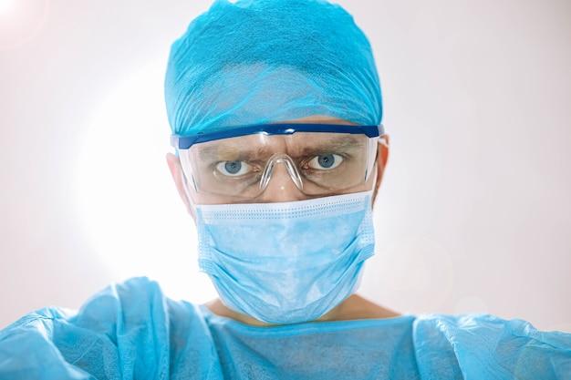 카메라를 보고 수술실에서 외과 의사